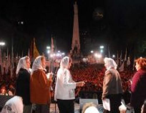 Una multitud colmó Plaza de Mayo al cumplirse 35 años del golpe de 1976