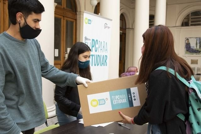 La UNLP volvió a entregar notebooks y tablets gratuitas a sus estudiantes